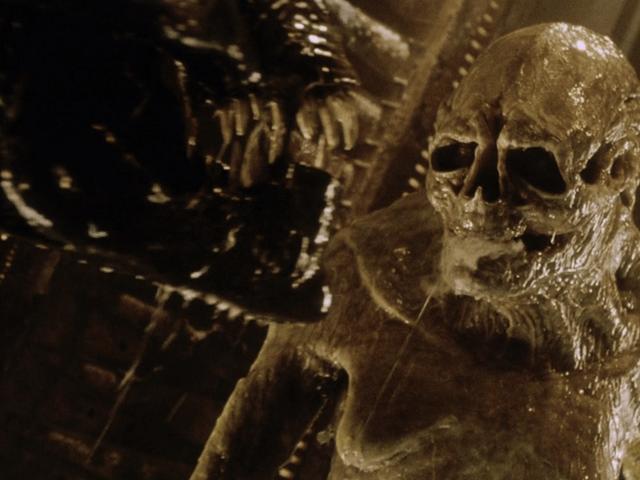 Ridley Scott confirme de nouvelles discussions sur les extraterrestres et affirme que la série doit évoluer pour avoir un avenir