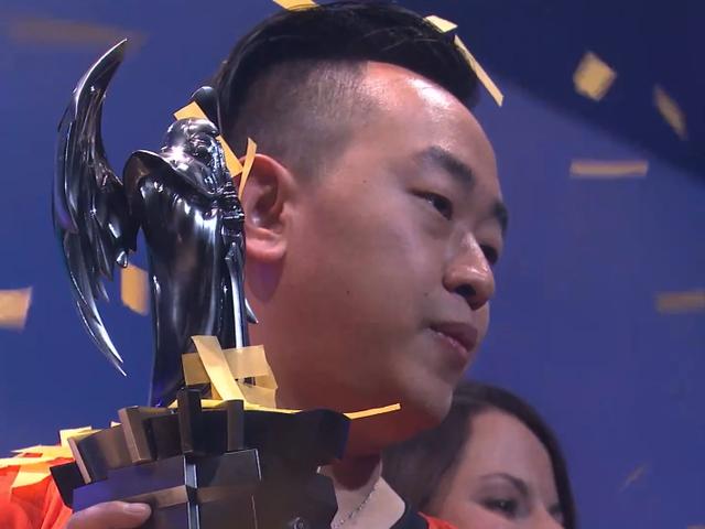 Guy voittaa mobiilipelien turnauksen, ei ole mitään sanottavaa