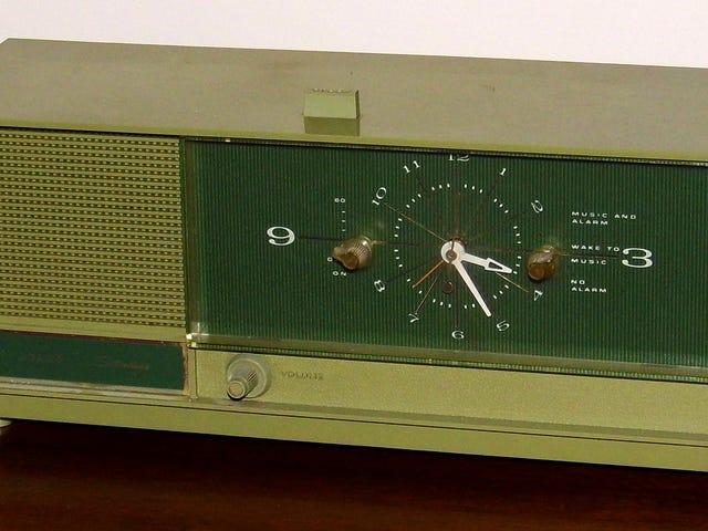 विंटेज सिल्वरटोन टेबल क्लॉक रेडियो