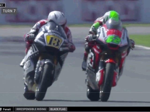 Moto2 Racer, der greb en anden rytterens bremsehåndtag, bliver dumpet af Team
