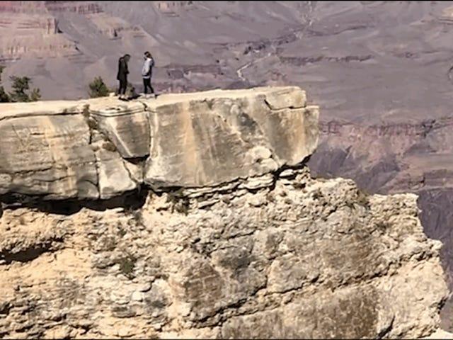 Video ini adalah contoh sempurna mengapa anda tidak perlu mengambil gambar di pinggir puncak gunung