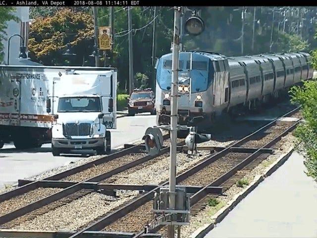 O caminhão quase bate no trem