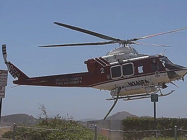 Xem một máy bay trực thăng treo lên một vòi cứu hỏa mà không cần hạ cánh