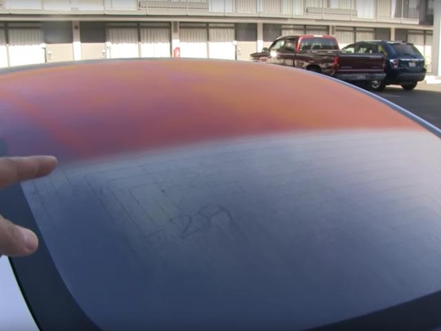 Oto dlaczego szklany dach na modelu Tesli 3 czasami wygląda na pomarańczowy