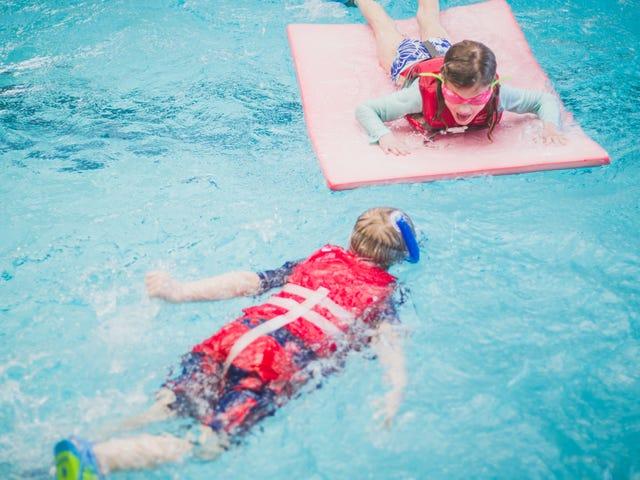 Κρατήστε τα παιδιά ασφαλή στην πισίνα με πάρτι με σωσίβιο