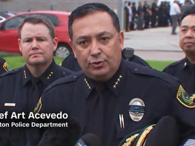 Politiechef uit Houston Spiesjes Ted Cruz, NRA Over Gun Control: 'Aan wiens kant sta jij?'