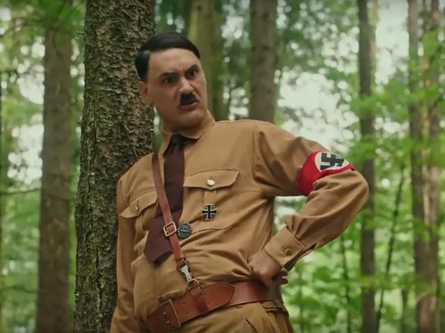 Taika Waititi는 Jojo Rabbit의 첫 번째 트레일러에서 친숙한 가상의 Hitler입니다.
