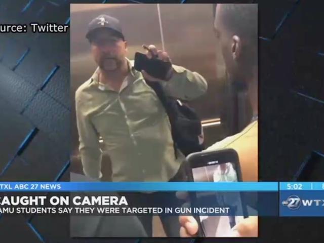 Чернокожие студенты говорят о белом человеке, который вытащил пистолет, не давая им попасть в «его» лифт