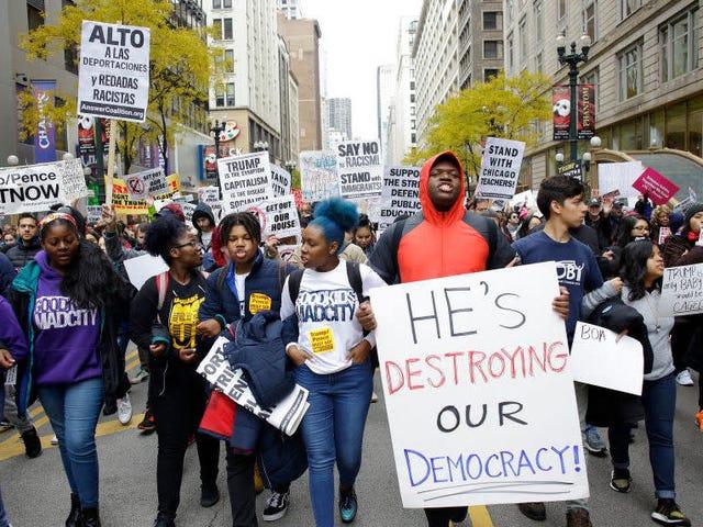 Donald Trump tager sin 'buffoonery' på vejen, trashing Chicago og dens øverste politimand i tale før lovhåndhævelsesgruppe