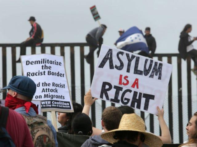 La carovana dei rifugiati è arrivata al confine solo per essere chiamata ad aspettare