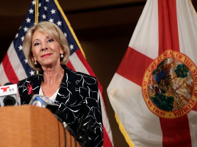 Betsy DeVos siirtyy massamessuille puolustustarvikkeiden torjumiseksi kouluissa