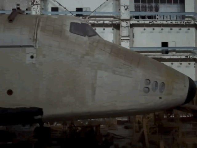 Se cuelan enuncosmódromorusopara grabar estebrutalvídeodede transbordador espacial abandonado