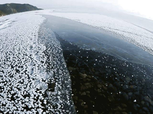 Así es caminar sobre el hielo transparente del lago más profundo del planeta