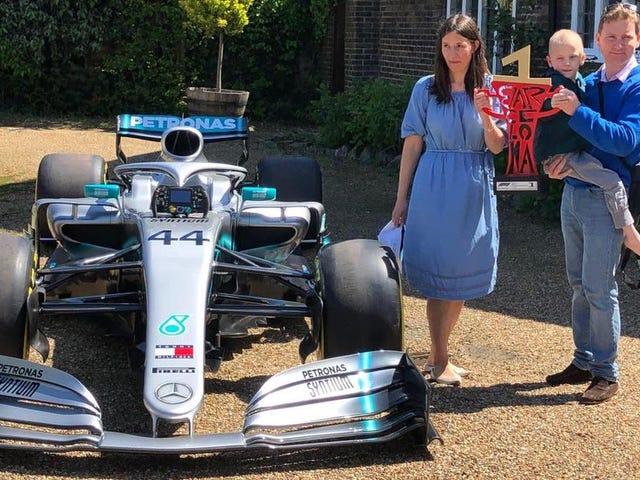 Mercedes envió el auto ganador de la carrera de Lewis Hamilton a la casa de un joven fanático enfermo terminal