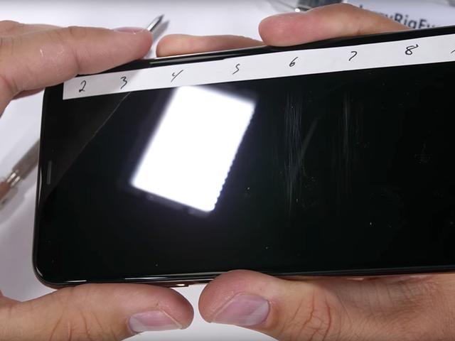 Pone a prueba la resistencia de la pantalla del iPhone Xs con un punzón. Este es el resultado