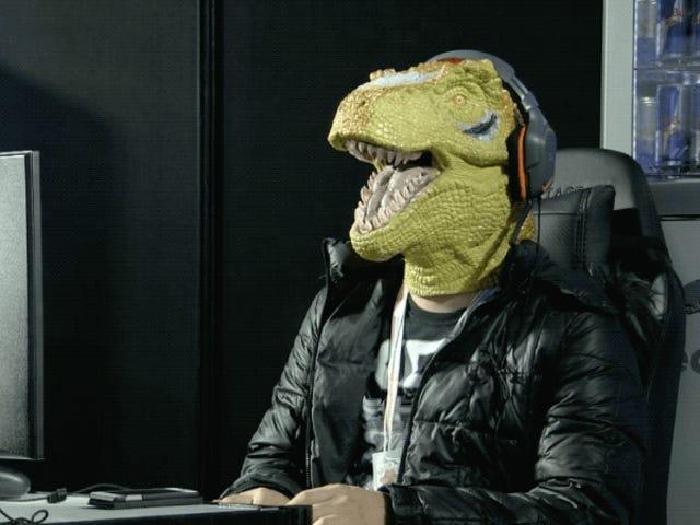 Mann in der Dinosaurier-Maske besiegt Gegner, amüsiert alles