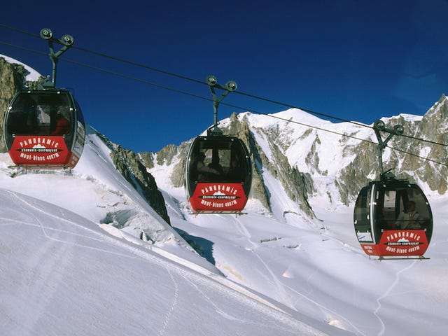 Decine di persone Hapless trascorreranno la notte bloccati in una funivia in alto sulle Alpi francesi