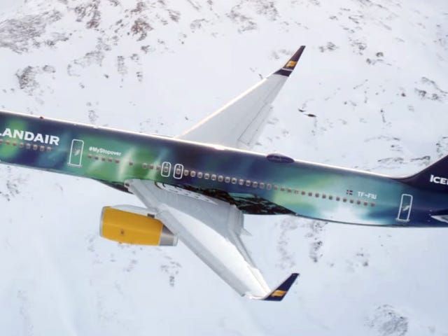 Airbrushing The Aurora Borealis On A Plane Is Mesmerizingly Beautiful