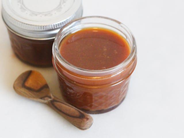 Ajoutez de la crème sure à votre sauce au caramel