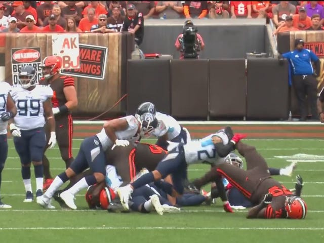 Browns Lineman espulso per trattare la testa dell'avversario come un pallone da calcio
