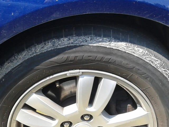 La parete laterale di questo pneumatico anteriore destro di Sonic ...