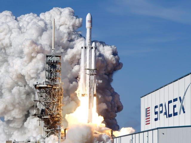 Sigue en directo el primer lanzamiento comercial del Falcon Heavy con triple aterrizaje (si sale bien)
