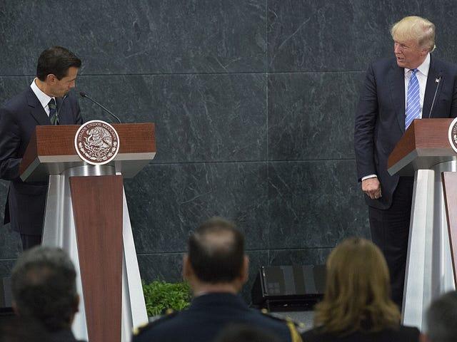 Si Donald Trump ay Nakikilala Sa Pangulo ng Mehikano na si Enrique Peña Nieto, at ang Joke Is All All Us