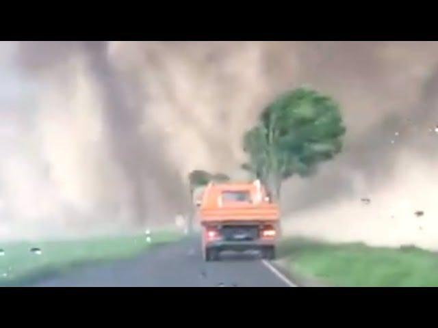 Regarder un gars Foul-Mouthed faire rouler sa voiture par une tornade