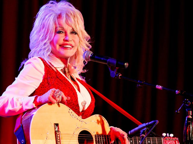 当然,我们会通过多莉·帕顿(Dolly Parton)的故事来收听有关美国的播客