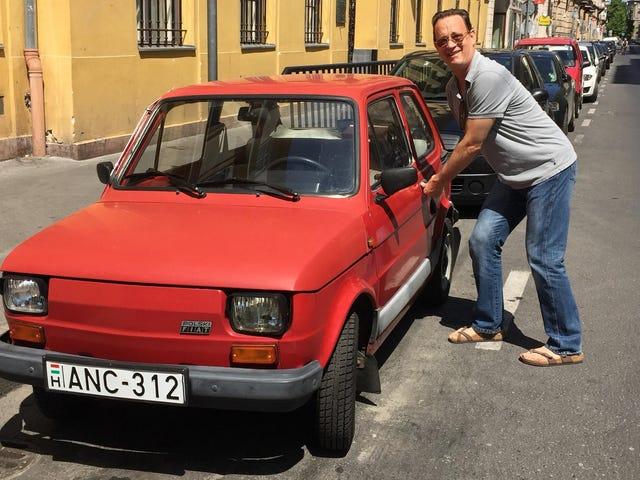 Les gens gentils de Pologne envoient Tom Hanks Un petit vieux Fiat en raison de certains Tweets