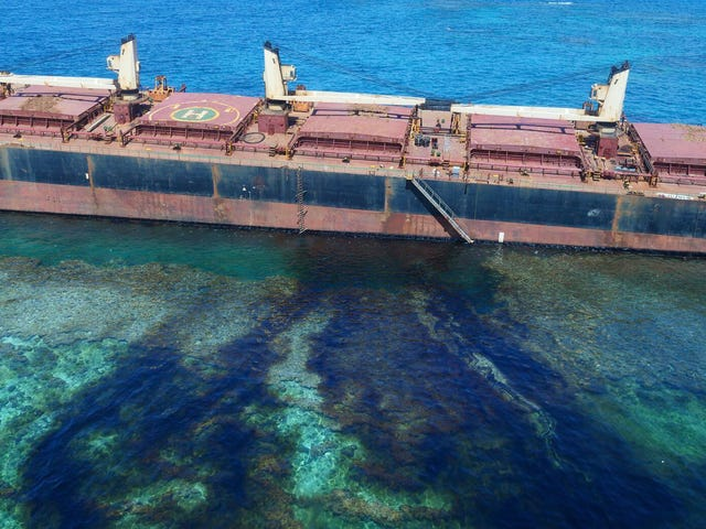 Por segunda vez en seis meses, un barco minero ha contaminado este arrecife de fama mundial