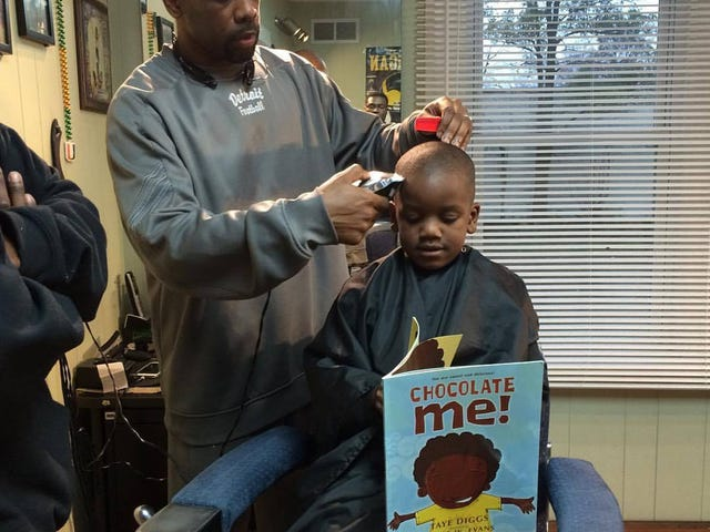 Mich. Barbershop Gives Discounts to Kids Who Read Aloud During Appointment