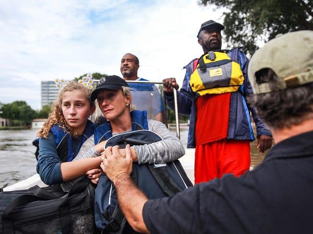 """""""Du er en menneskelig først, en fotograf anden."""" Tre fotografer deler deres erfaring, der dækker orkanen Harvey"""