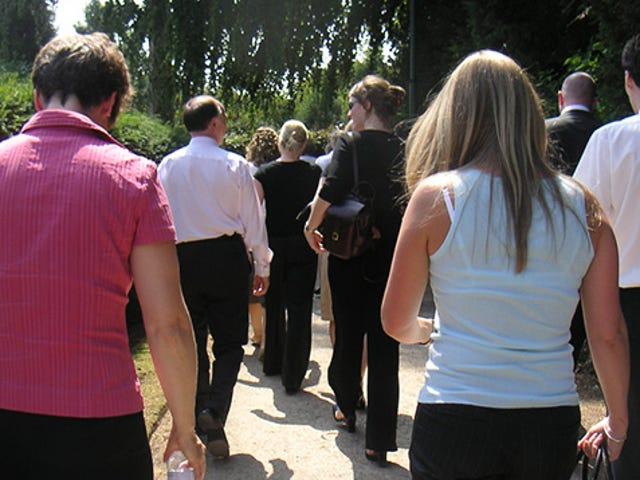 Tham gia một nhóm đi bộ để tập thể dục và xã hội