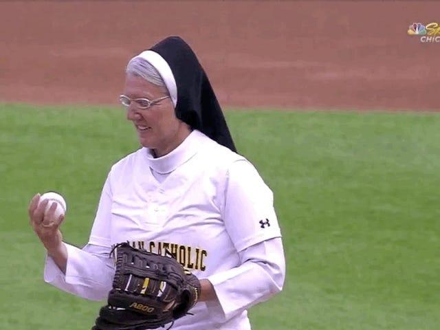 Obtenez une charge de cette soeur de baseball Hot-Doggin 'Strike-Throwin'