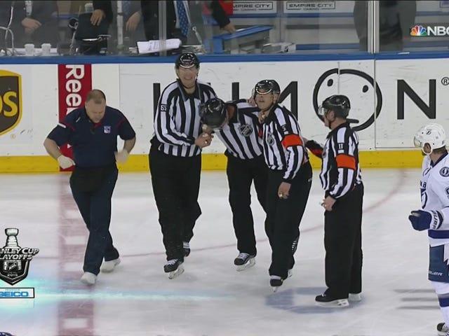 Linesman remporte un franc succès et doit quitter le match de hockey