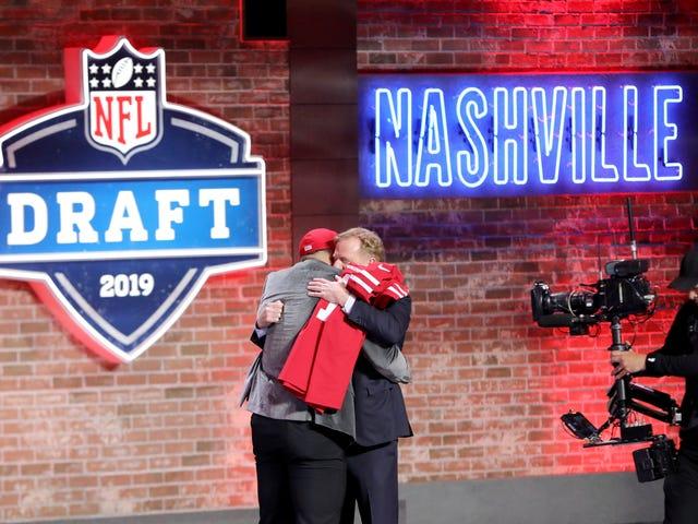 Ποιος Αγκάλιασε Roger Goodell Longest NFL Τελευταία νύχτα σχέδιο;