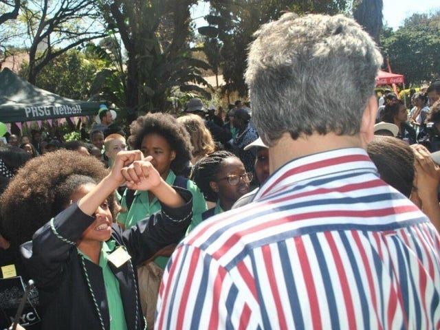 Politiche dei capelli razzisti di protesta delle ragazze nere sudafricane