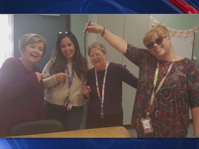 Fotos de la superficie de los maestros en una escuela de California riendo y sonriendo con una soga en la mano