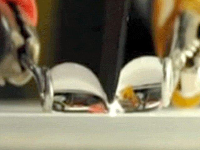 Regarder un couteau super hydrophobe couper à travers une goutte d'eau
