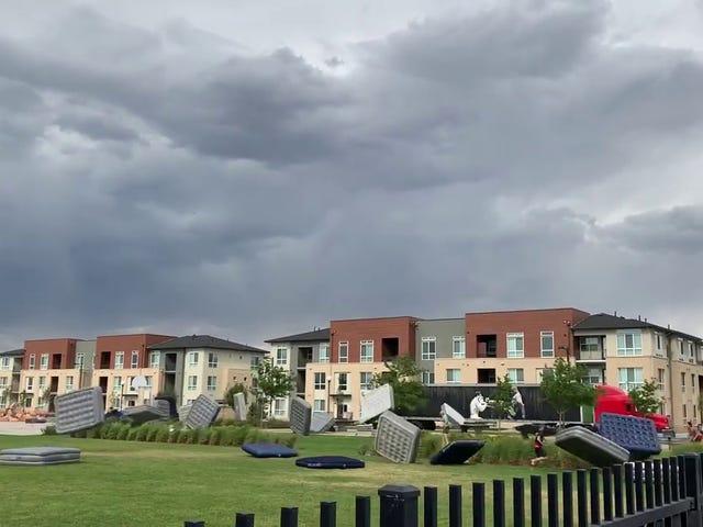 바람의 돌풍은 여름 영화관에서 매트리스의이 거대한 폭풍을 풀어줍니다
