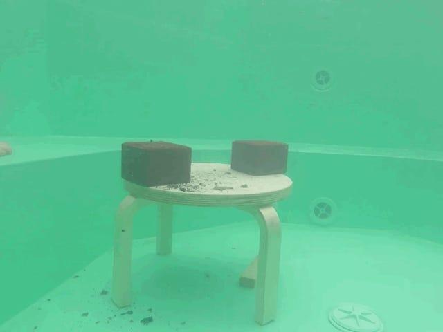 Qua pasa si arrojas un bloque de 20 chili di metallo al rojo vivo in una piscina portótil en la que te estás bañando