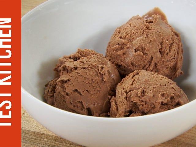 Utilisez du lait concentré sucré pour une crème glacée facile, faite maison et sans machine