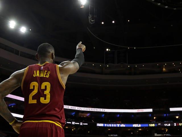 LeBron James Blocks Layup Med Hans Tilstedeværelse