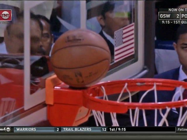 Después de 50 minutos de maltrato, el baloncesto busca refugio lejos de los jugadores