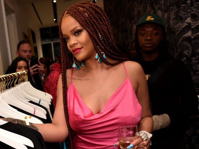 'Daha Fazla Müzik Yok': Rihanna Yeni Fenty Bıraktı, Kendi Kampanyasını Fotoğrafladı ve Hala Trol Etmek için Zaman Buldu