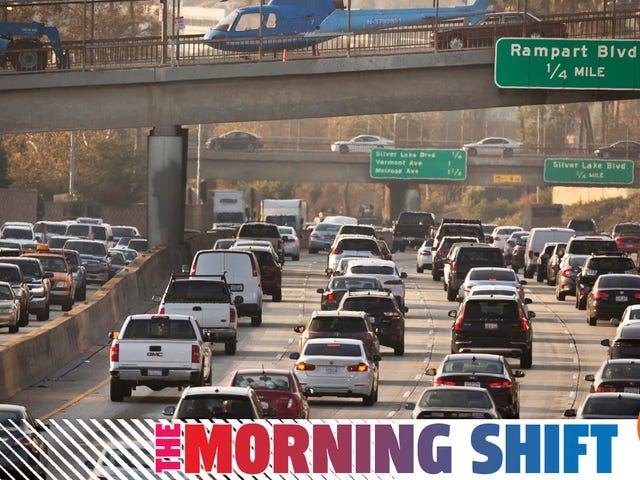 トランプ大統領は自動車メーカーが彼の排出量ロールバックを無視していることに腹を立てている