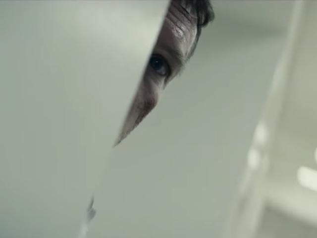 Sam Worthington vil bare have sit barn tilbage i Netflix's paranoide frakturerede trailer