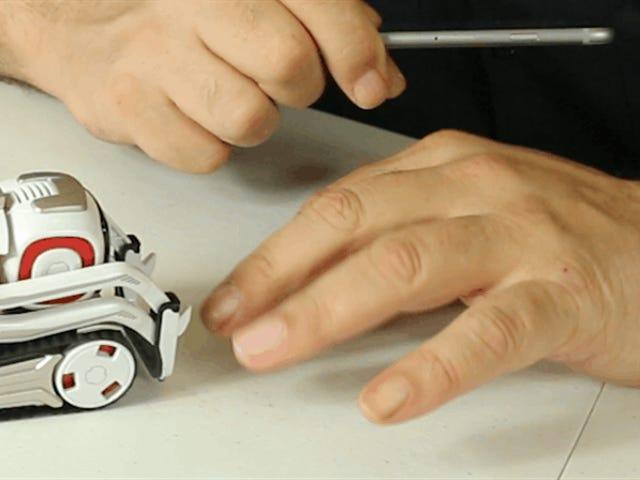 ของเล่นเวลาเล่นกับ Cozmo หุ่นยนต์ตัวเล็กที่มีสมองโต