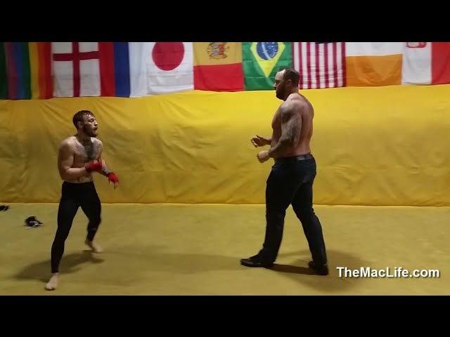 Conor McGregor combatte la montagna che cavalca, in qualche modo evita la morte